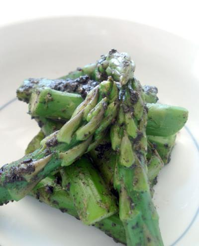 Asparagus with black sesame sauce