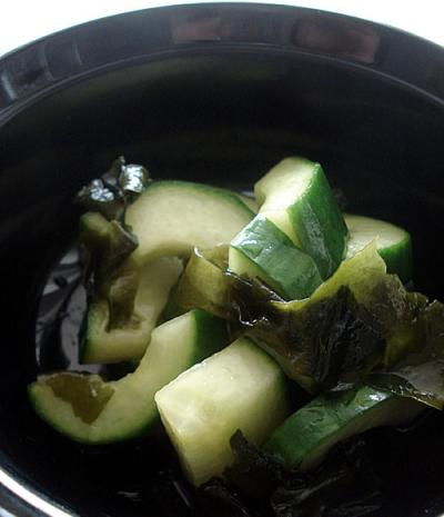 Sweet and sour cucumber and wakame pickles