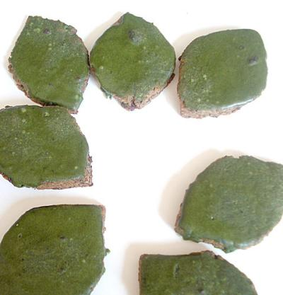 Black sesame cookies with matcha icing (2)